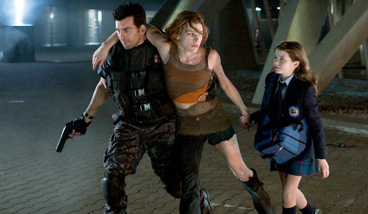 Resident Evil: Apocalypse Milla Jovovich being helped around by Oded Fehr