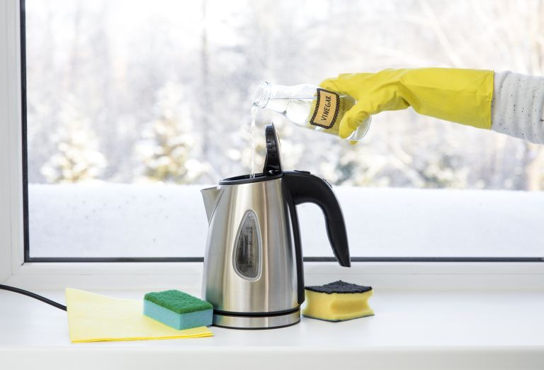Cleaning a kettle with vinegar