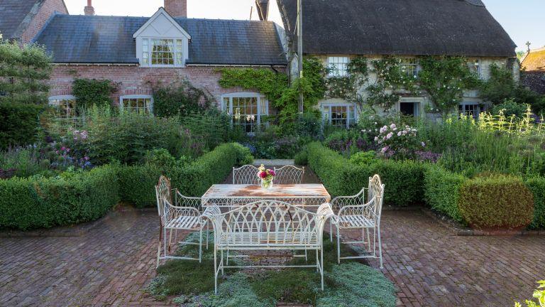 cottage garden patio ideas: outdoor seating