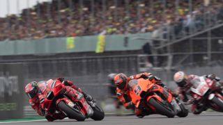 Fransesco Bagnaia leder i feltet under en MotoGP-livestrøm