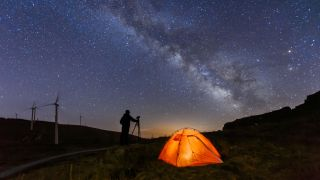 How to reduce noise in astrophotography: Photographer at night taking pictures of sky