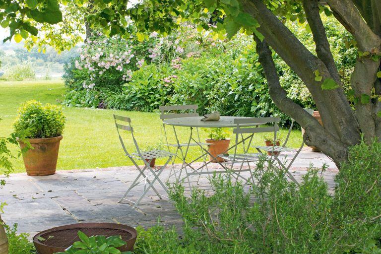 How to paint metal garden furniture