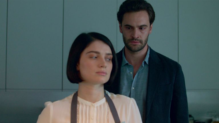 BEHIND HER EYES, from left: Eve Hewson, Tom Bateman, (Season 1, ep. 104, aired Feb. 17, 2021). photo: ©Netflix / Courtesy Everett Collection