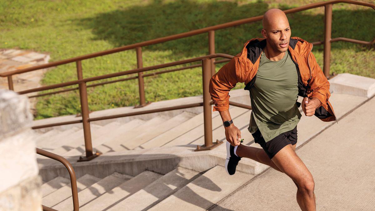 hombre haciendo deporte con Fitbit Sense