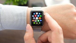 Frau mit Apple Watch