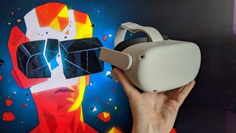 Oculus Quest 2 i en hånd.