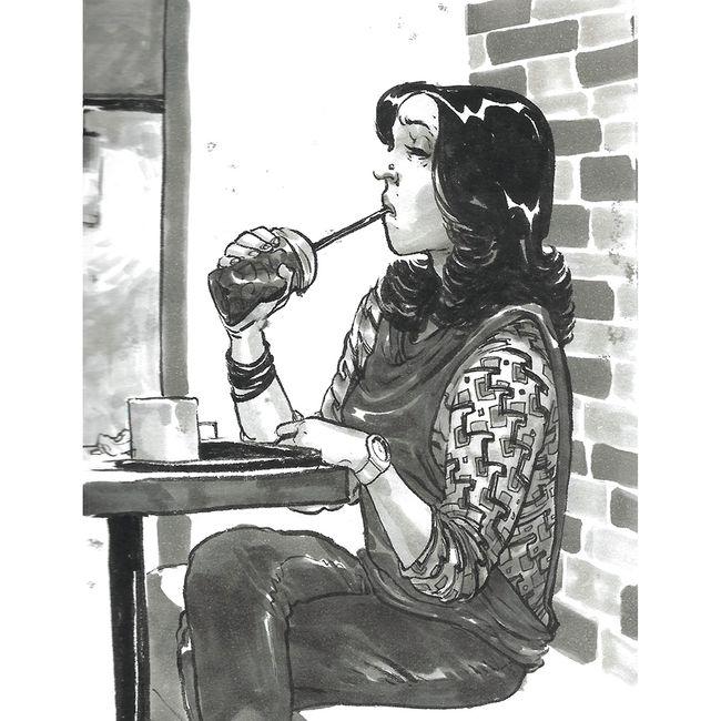 Gambar pena seorang wanita menghirup minuman di sebuah kafe, mengenakan atasan berpola dan hidung yang bermotif