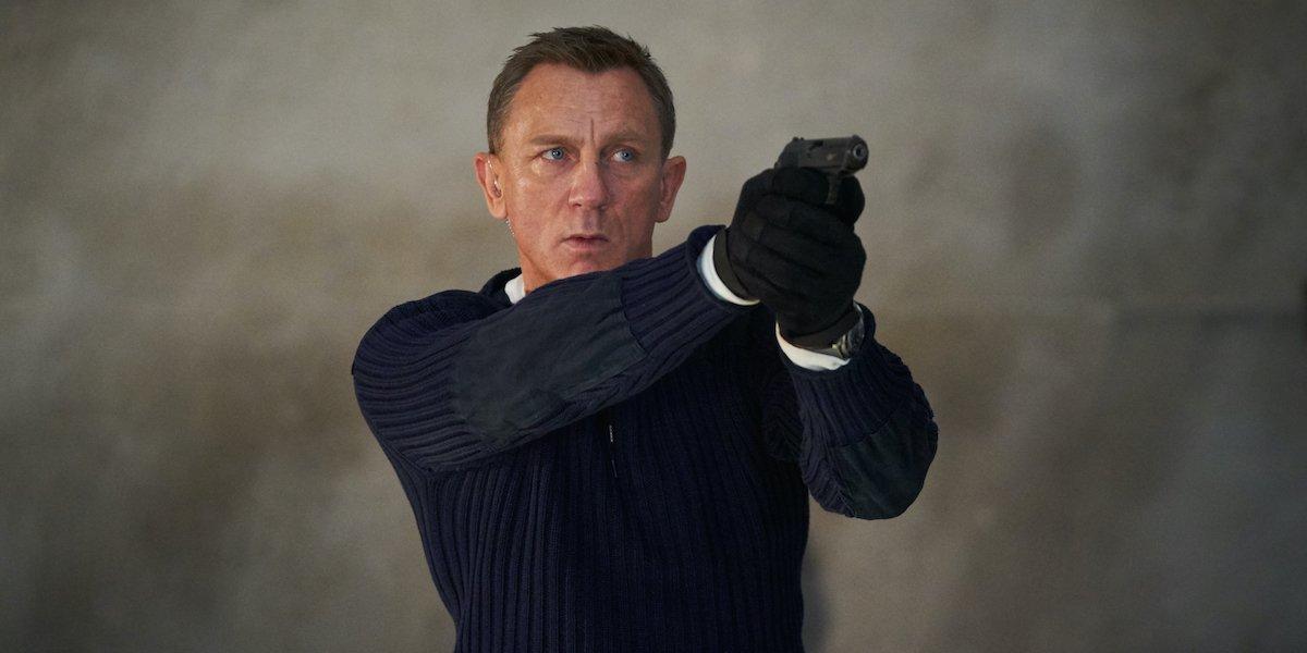 Daniel Craig hold gun as James Bond in No Time to Die