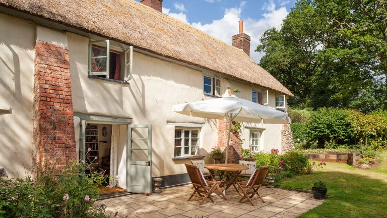 cottage patio ideas chipperfield thatch cottage Bruce Hemming patio with alfresco dining table
