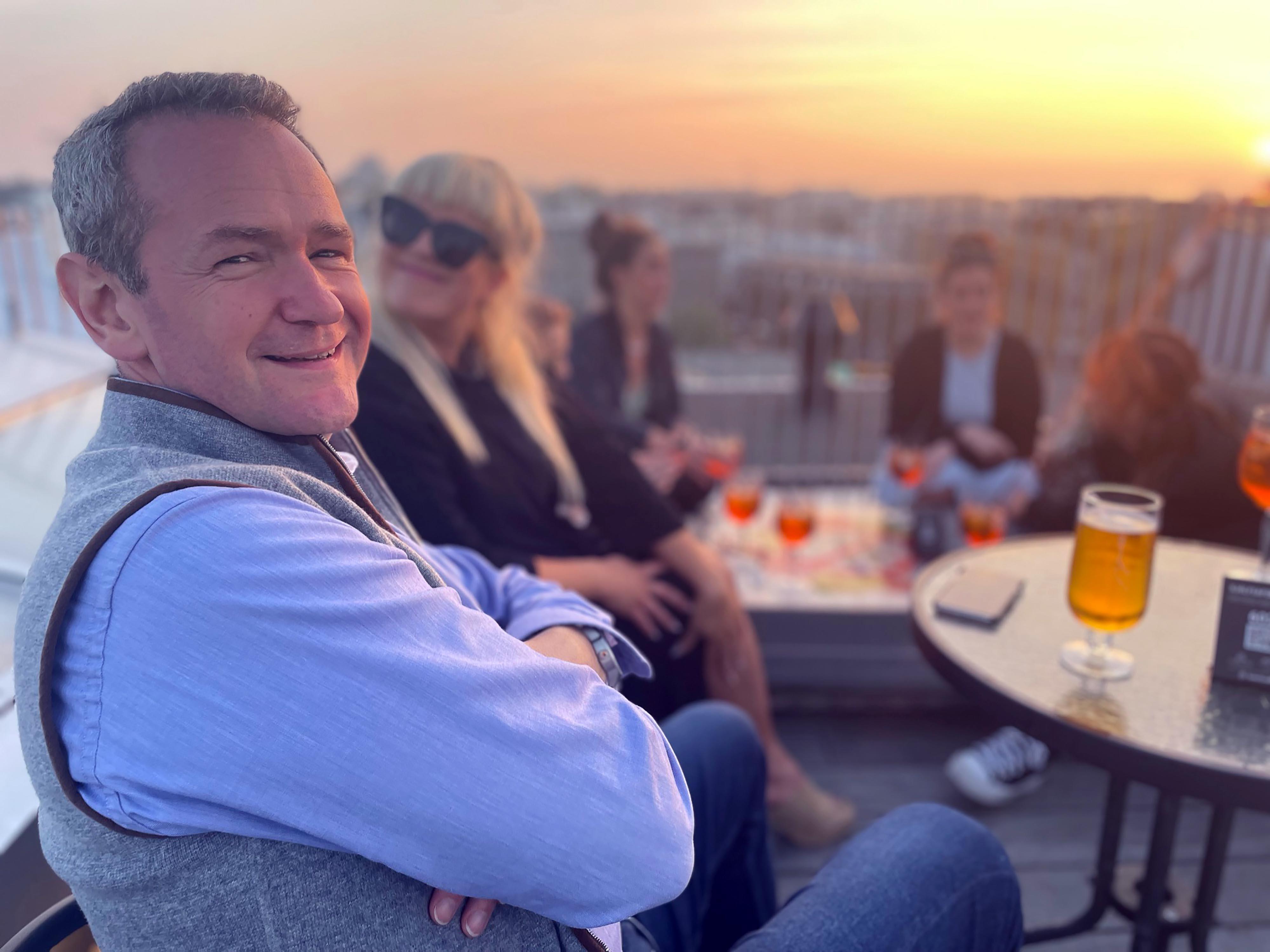 En Islandia disfrutará de una cerveza muy cara con Alexander Armstrong,