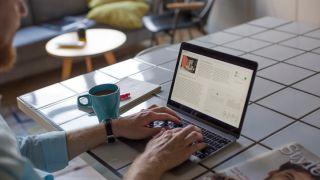 Man using free blogging platform in coffee shop