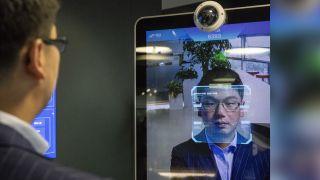 Xu Li, CEO al SenseTime Group Ltd., este identificat de sistemul de recunoaștere facială a companiei AI la showroom-ul companiei din Beijing, China, pe 15 iunie 2018.