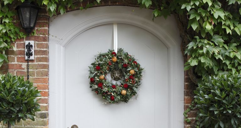 Christmas door decorating ideas: doorscaping with a wreath