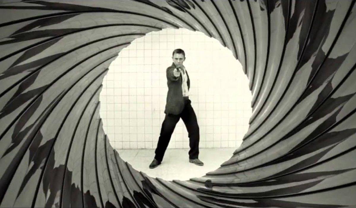 Daniel Craig aims his gun down the gun barrel in Casino Royale.