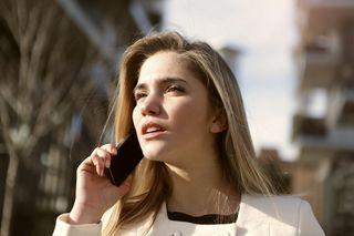 Ung kvinde med smartphone