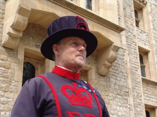 Os Yeomen Warders, também conhecidos como Beefeaters, guardam a Torre de Londres.