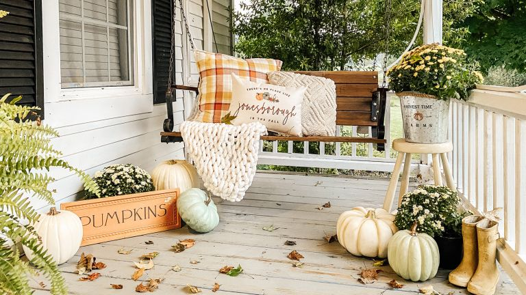 Fall porch decor with globe string lights - @thefinleyfarmhouse