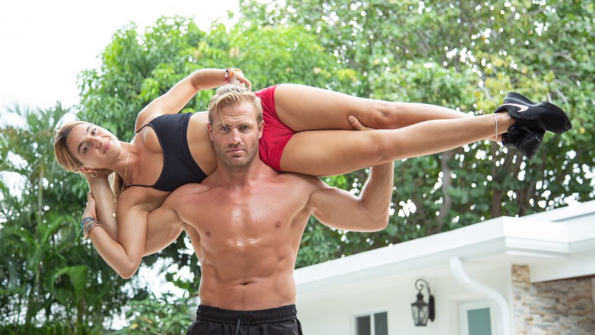 This Miami Personal Trainer works out using his girlfriend as a barbell