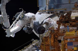 Mike Massimino and Jim Newman repair Hubble