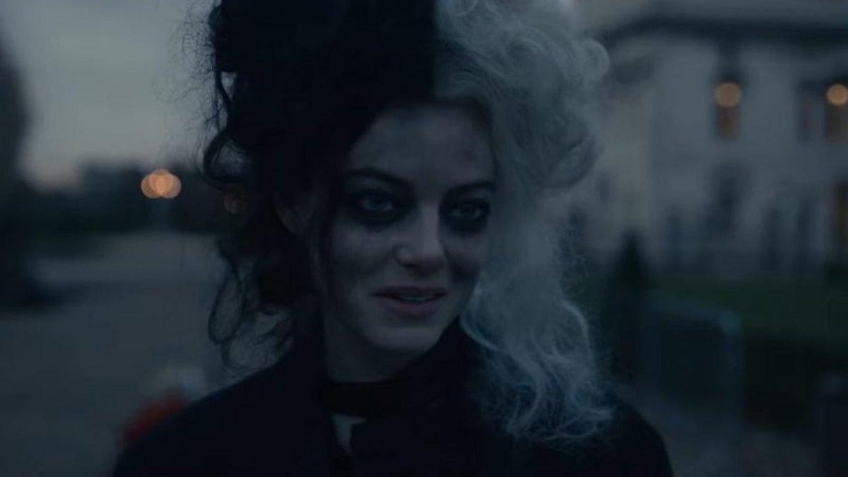 Emma Stone at the fountain as Cruella third act of movie