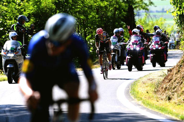 Alberto Bettiol hunts down Rémi Cavagna on stage 18 of the Giro d'Italia 2021