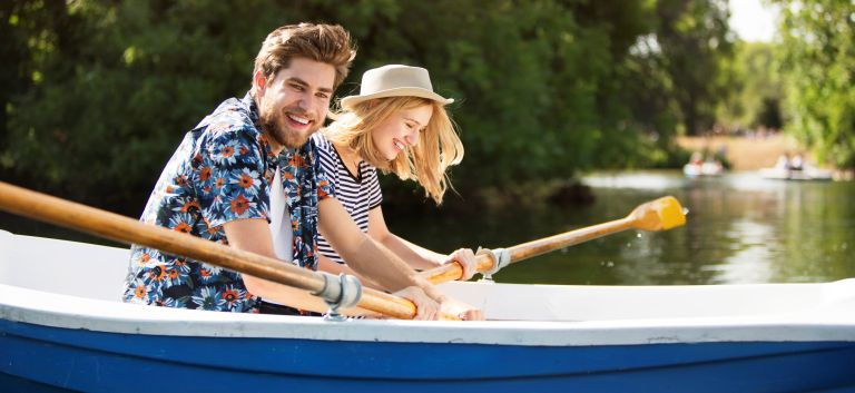 outdoor date ideas - Couple rowing boat