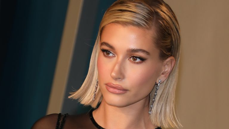 BEVERLY HILLS, CALIFORNIA - FEBRUARY 09: Hailey Bieber attends the 2020 Vanity Fair Oscar Party at Wallis Annenberg Center for the Performing Arts on February 09, 2020 in Beverly Hills, California. (Photo by Toni Anne Barson/WireImage)
