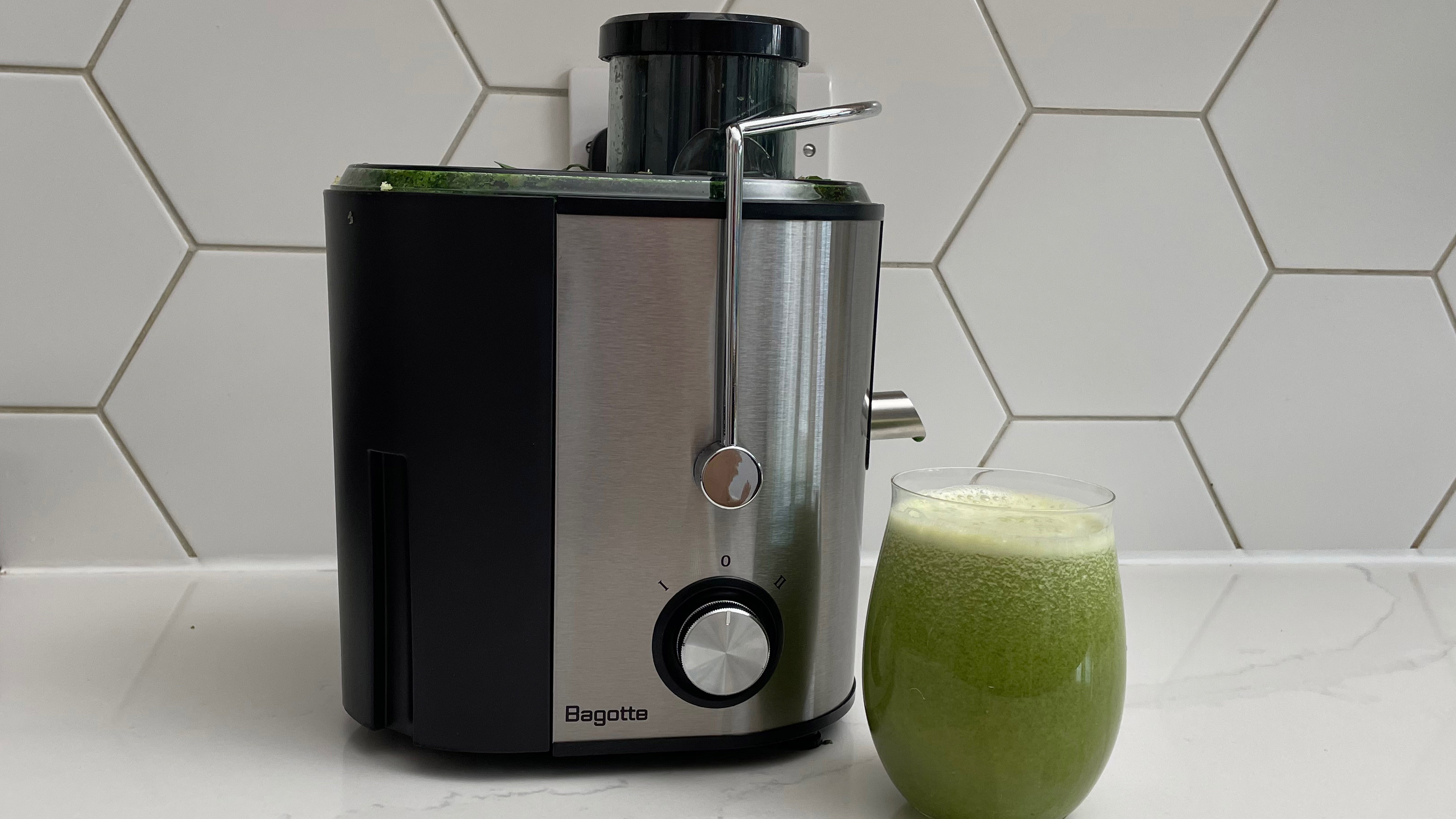 The Bagotte DB-001 juicer nexyt to a glass of green juice prepared in the appliance