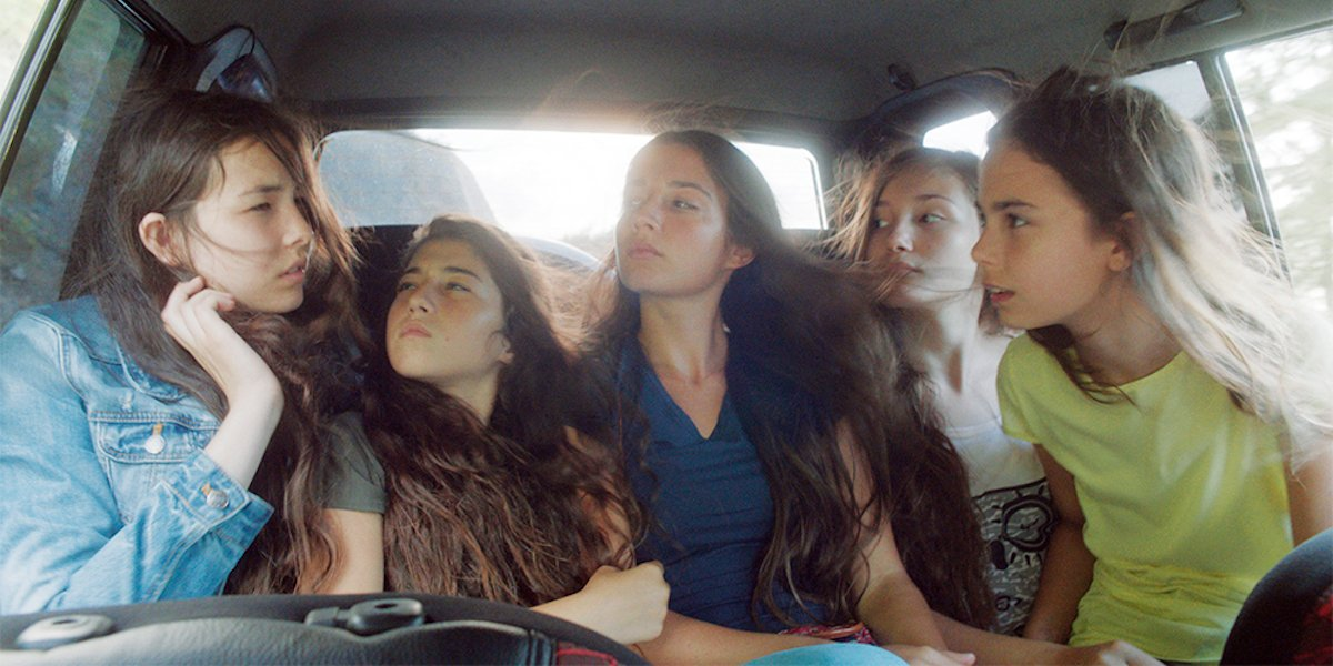 Mustang cast of women packed in a car together