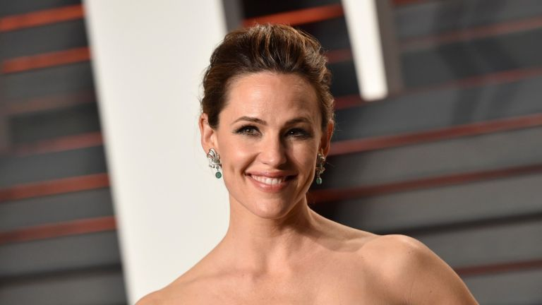 BEVERLY HILLS, CA - FEBRUARY 28: Actress Jennifer Garner arrives at the 2016 Vanity Fair Oscar Party Hosted By Graydon Carter at Wallis Annenberg Center for the Performing Arts on February 28, 2016 in Beverly Hills, California. (Photo by John Shearer/Getty Images)