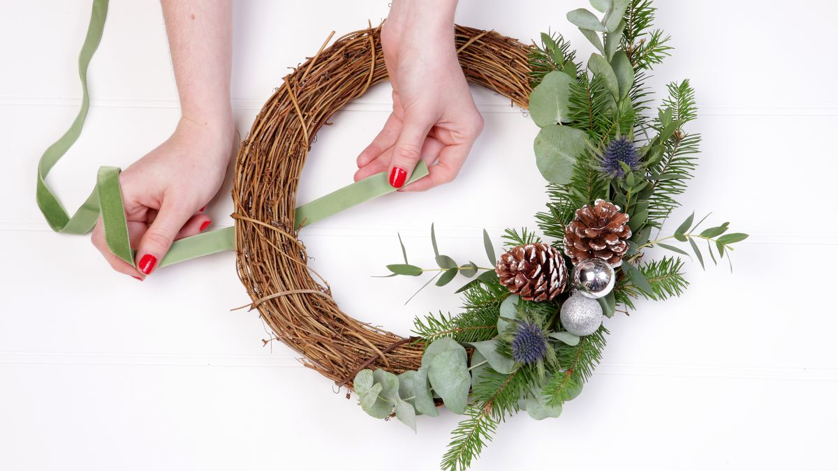 How to make a Christmas door wreath