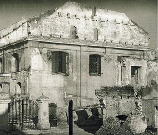 Here, he Great Synagogue after it was destroyed by fire during the Nazi German occupation of Lithuania during World War II.