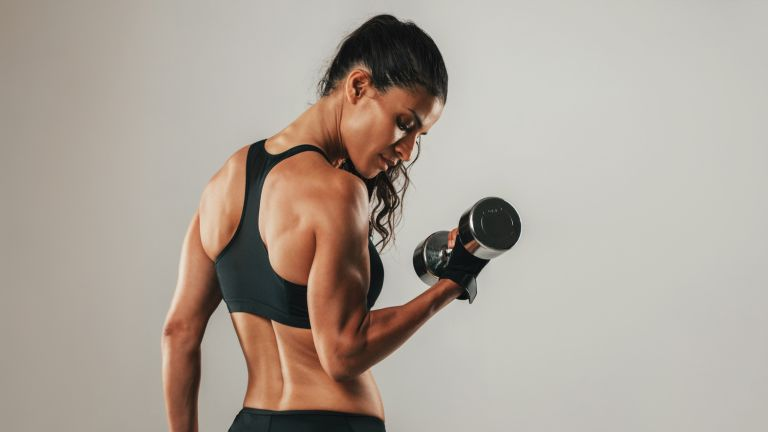 Woman doing bicep workouts with dumbbells