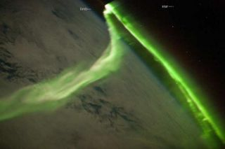green-aurora-iss-100804-02