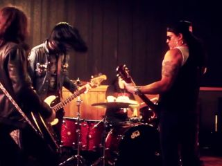 Slash jams with his new rhythm guitarist. Who is he? Check out the videos