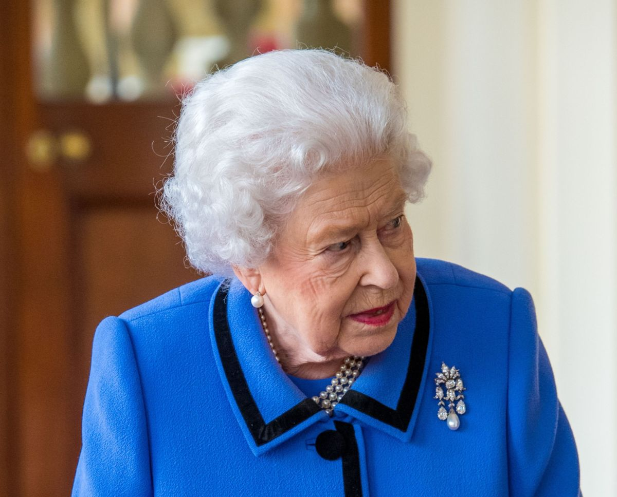 Have you ever noticed that the Queen uses this genius fashion hack?
