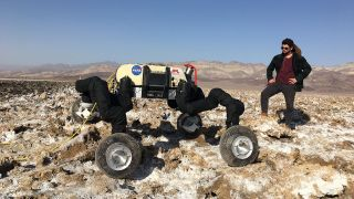 RoboSimian, a robot for maneuvering on planets like Mars, can walk on four legs, crawl, move and move like a cephalopod glide his belly. It stands here in California next to engineer Brendan Chamberlain-Simon.