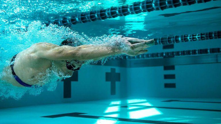 Yüzmek için en iyi fitness takipçileri
