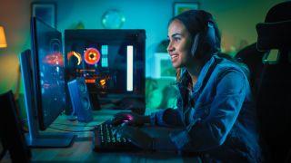 Ein glücklich aussehender PC Gamer