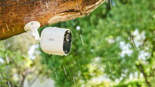Arlo Essential Camera monterad ute i regnet