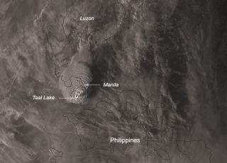 Huge Philippines volcano eruption blasts ash 9 miles up as satellites watch (video)