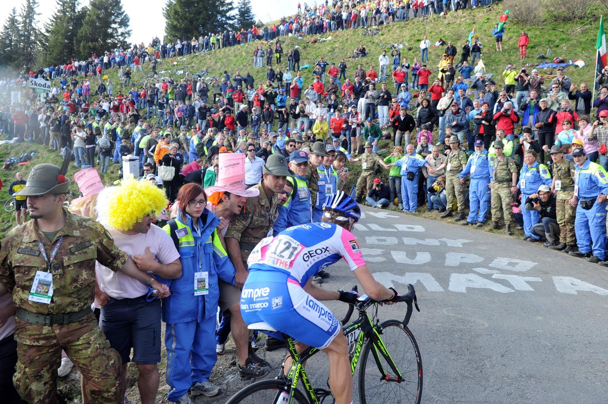 Damiano Cunego and fans, Giro d'Italia 2010, stage 15