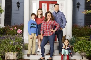 Katy Mixon, Diedrich Bader and the cast of 'American Housewife.'