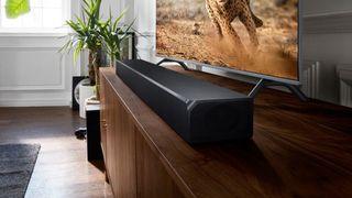 En bild av Samsung HW-N950 Soundbar i ett vardagsrum.