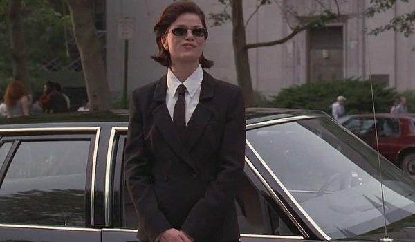 Men in Black Linda Fiorentino Agent L leans against the car, smiling