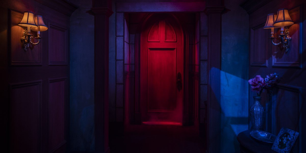 haunting of hill house's red door in maze at universal orlando's halloween horror nights