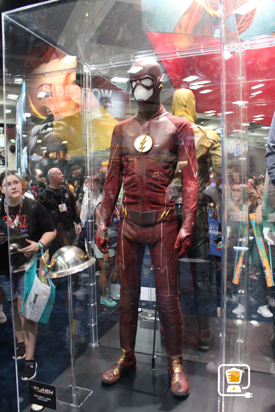 See Flash And Arrow's Amazing Costumes And Gadgets On Display At Comic-Con #32884