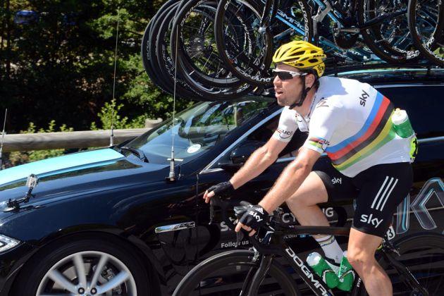 Mark Cavendish on bottle duty, Tour de France 2012, stage seven