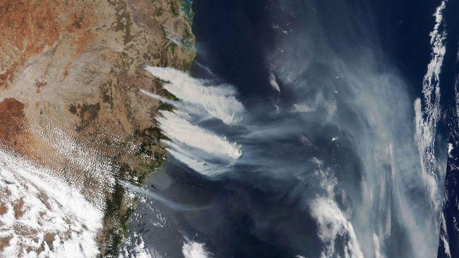 Asap dan kebakaran muncul di pantai timur Australia.