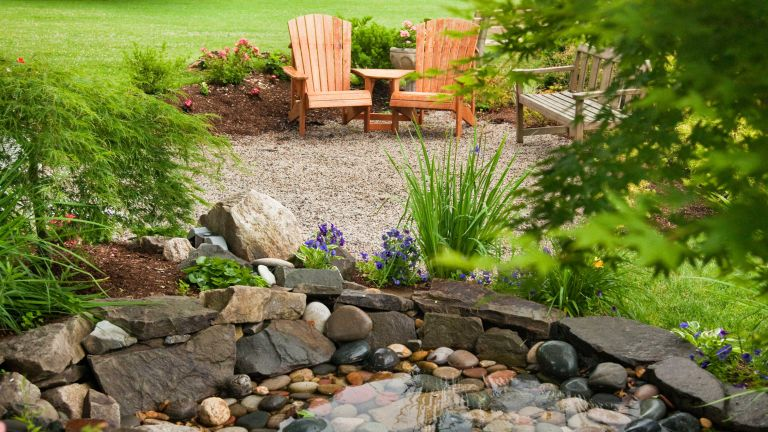 permeable garden tips – two chairs next to backyard pond